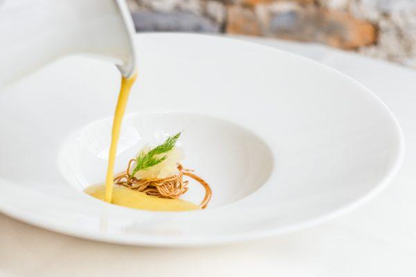 Kobjeglava - Jabolčna kremna juha, hrustljave testenine, mariniran janež, jabolčni ekstrakt