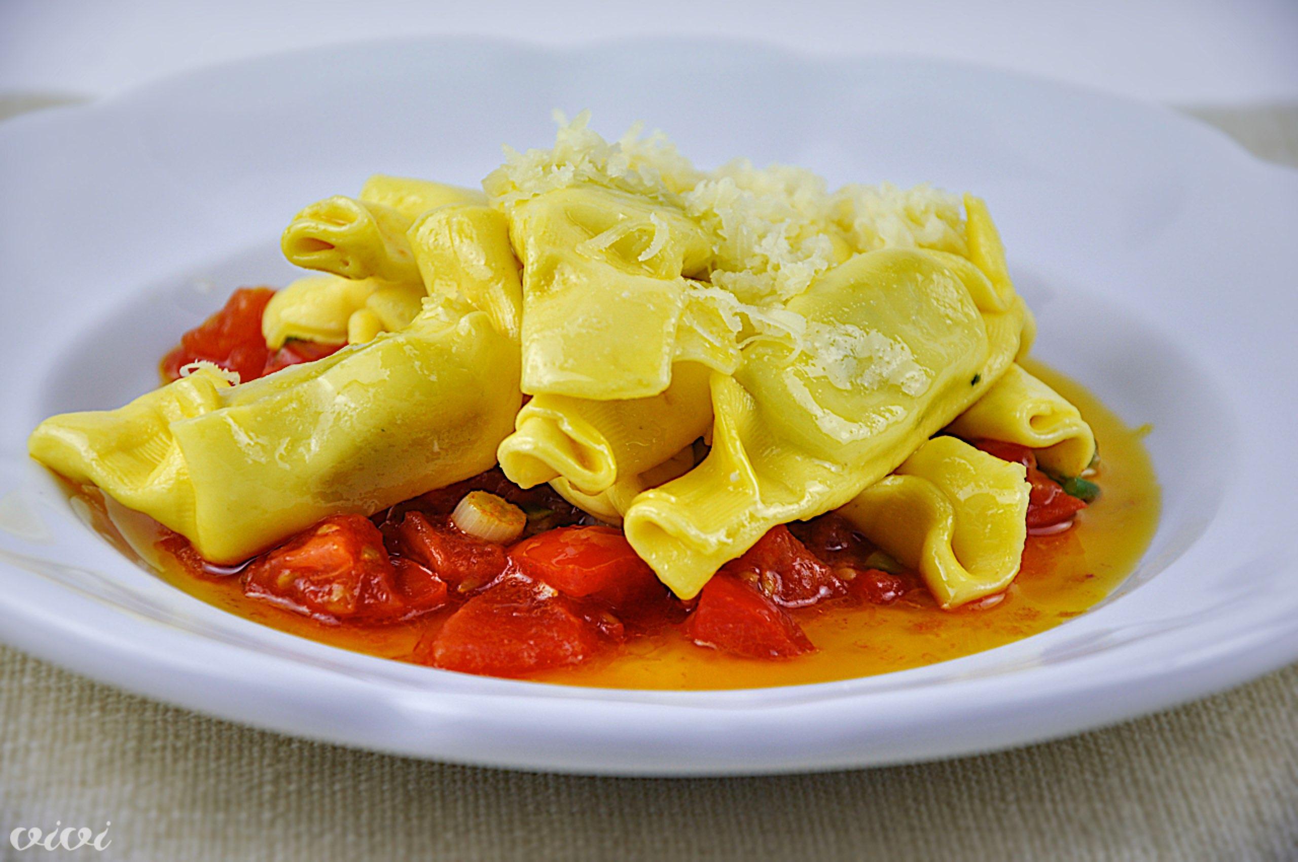 kupljena pasta s hitro paradiznikovo omako