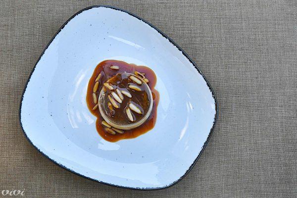 kavna panakota s karamelo in pinjolami