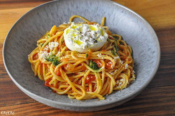 spageti paradiznik pesto burrata