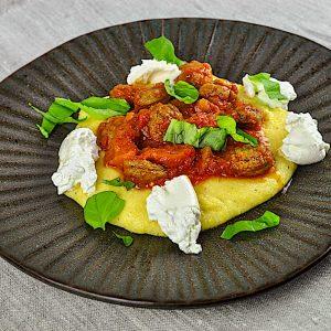 polenta klobasa paradižnik burrata