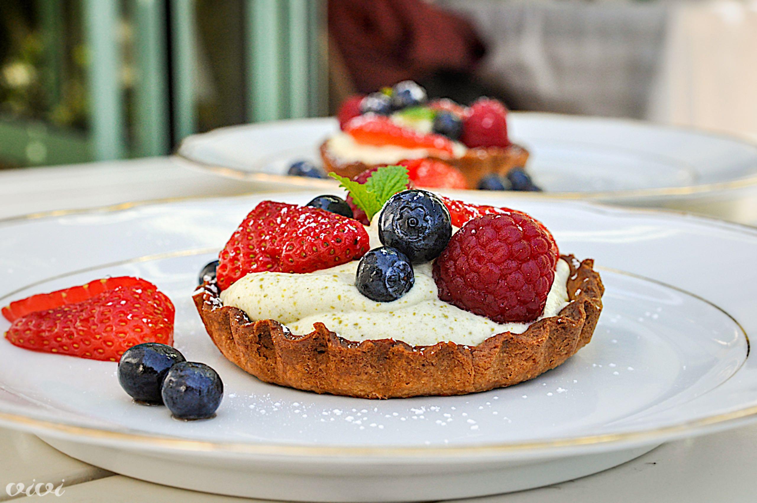 krhka tortica s pistacijevo kremo in sadjem3