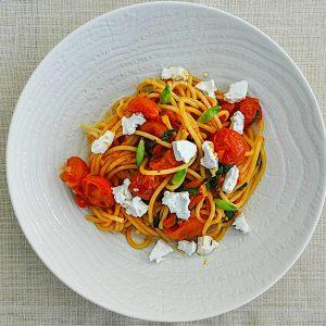 spageti s paradiznikovo omako cemazem in svezim ovcjim sirom