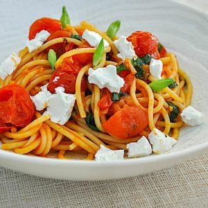 spageti s paradiznikovo omako cemazem in svezim ovcjim sirom2