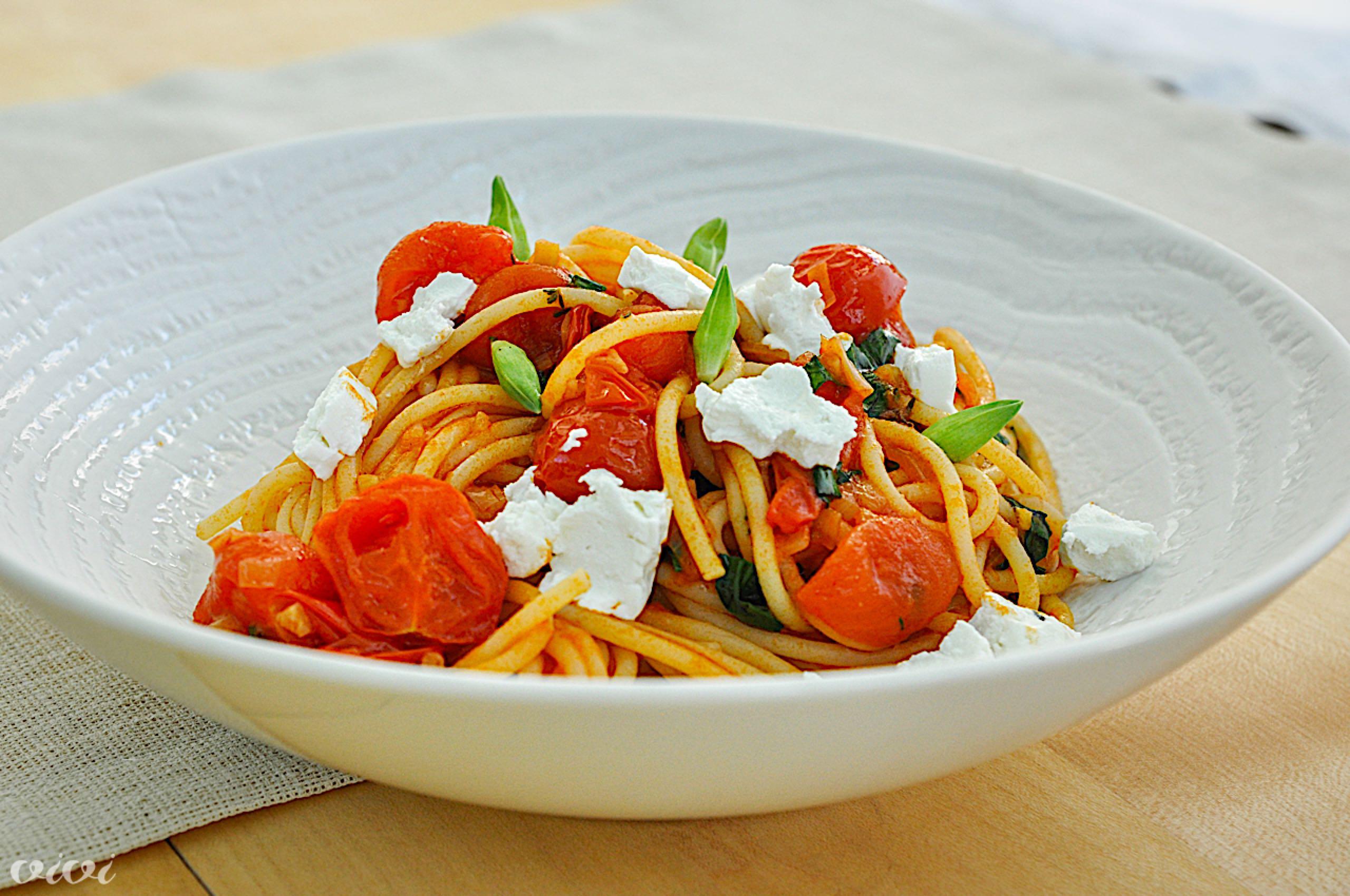 spageti s paradiznikovo omako cemazem in svezim ovcjim sirom3