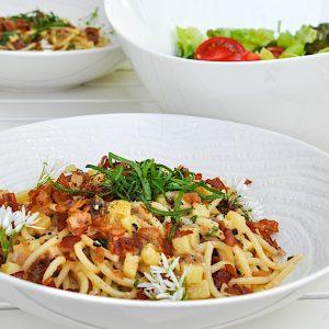 spageti s krompirjem slanino in paradizniki