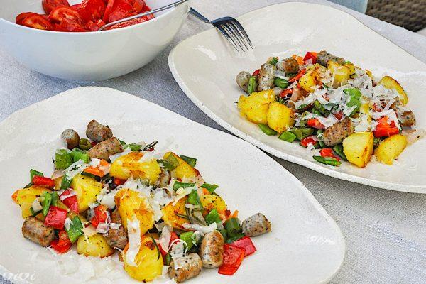 krompirjeva ponev s klobaso in poletno zelenjavo2