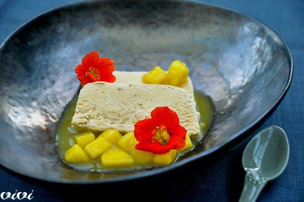 karamelna zmrzlina z mangom in pasijonko