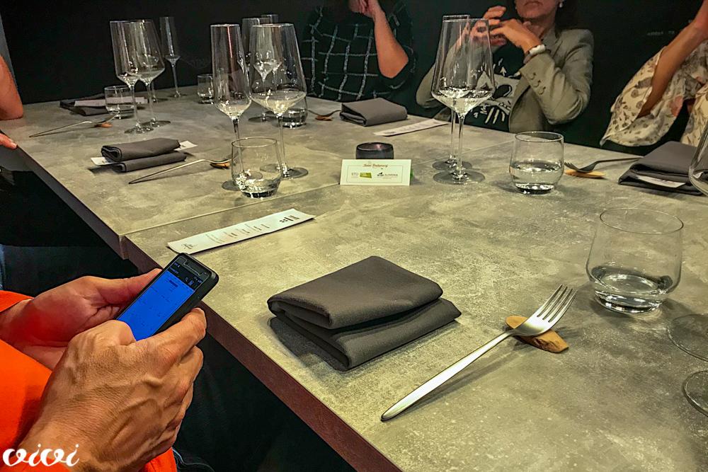 telefon pri mizi