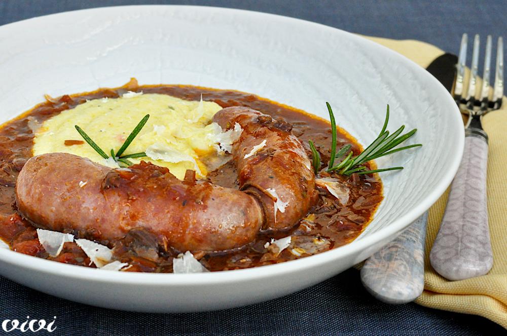 salsiccia v čebulni omaki z jurčki in polento2