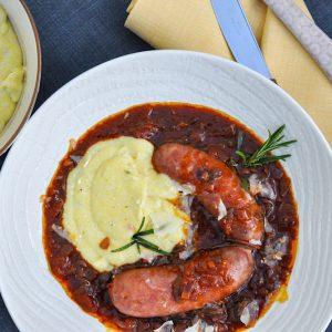 salsiccia v čebulni omaki z jurčki in polento6