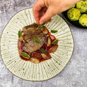divjačinski steak s šalotkino vinsko omako024