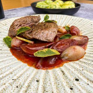 divjačinski steak s šalotkino vinsko omako035