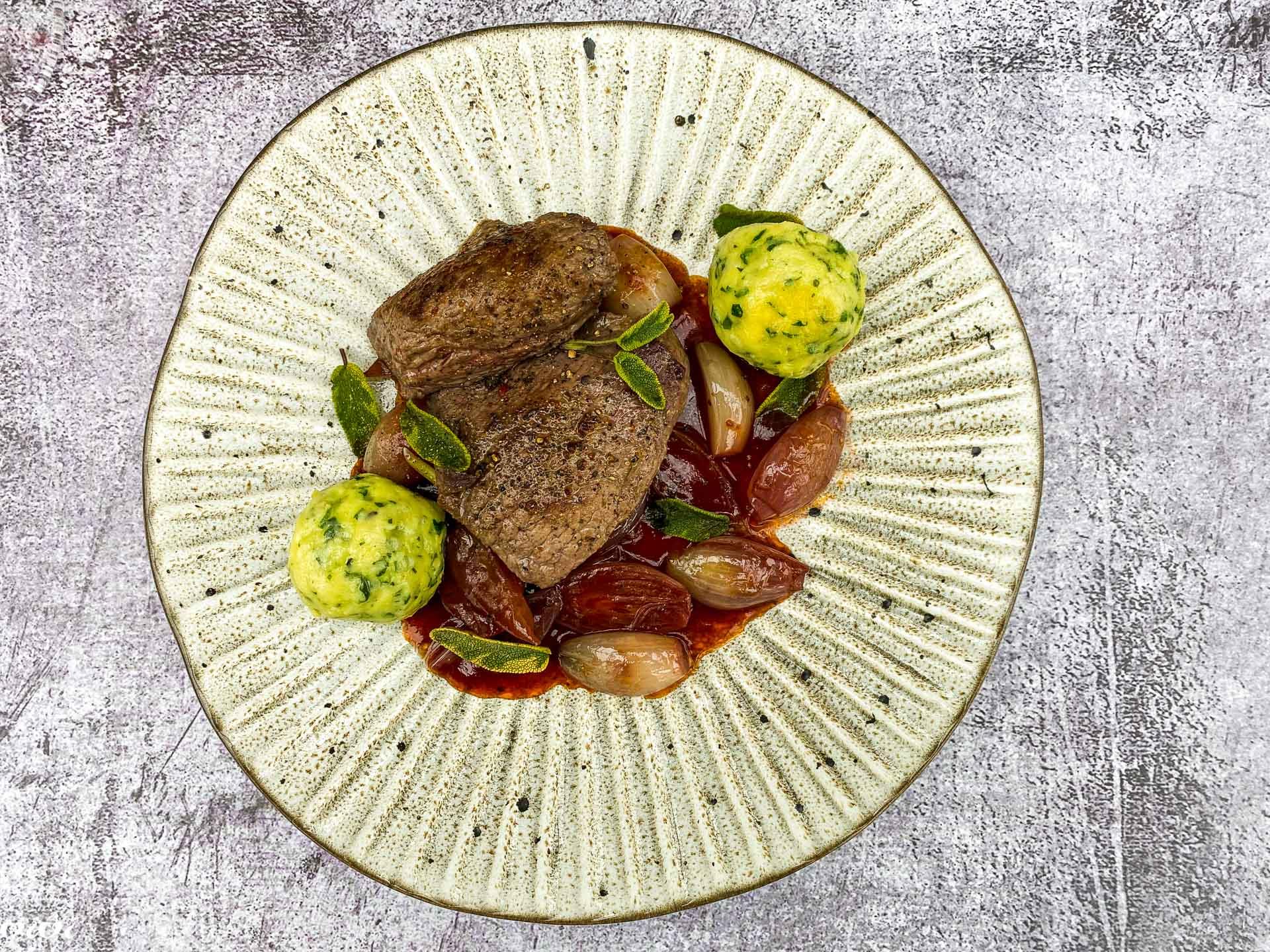 divjačinski steak s šalotkino vinsko omako047