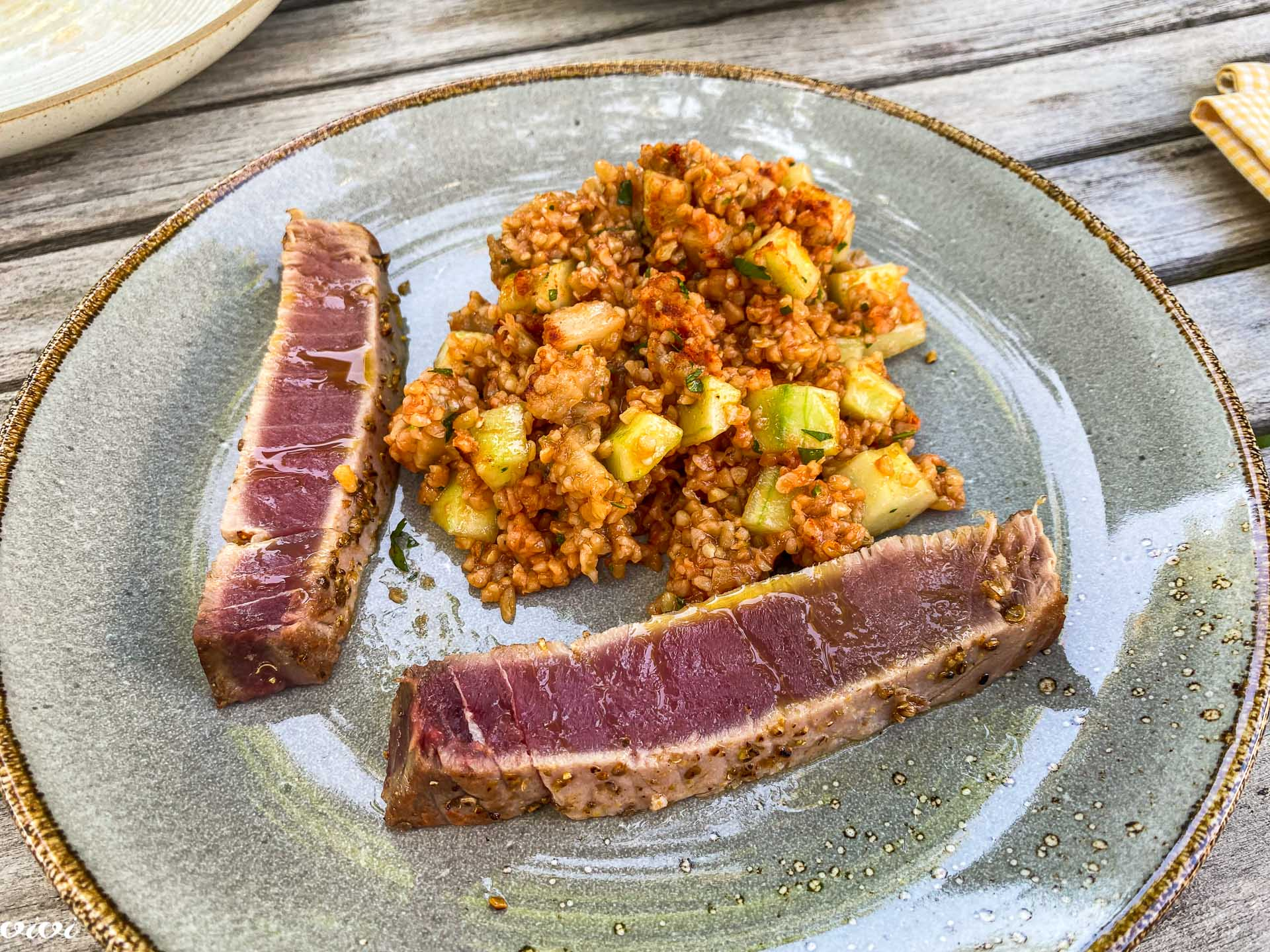 Bulgur solata s kumaro in melancani, pečena tuna2